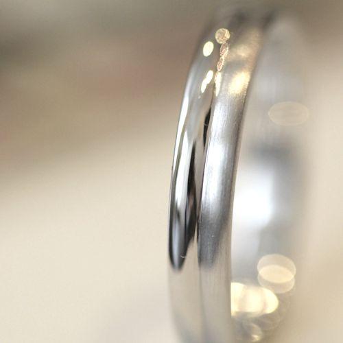 ふたつの細い指輪をろう付け加工し、くっつけて一つの指輪に成形。見た目は、細いリングを重ね付けしているようなフォルム。  マリッジリング marriage ウエディング wedding