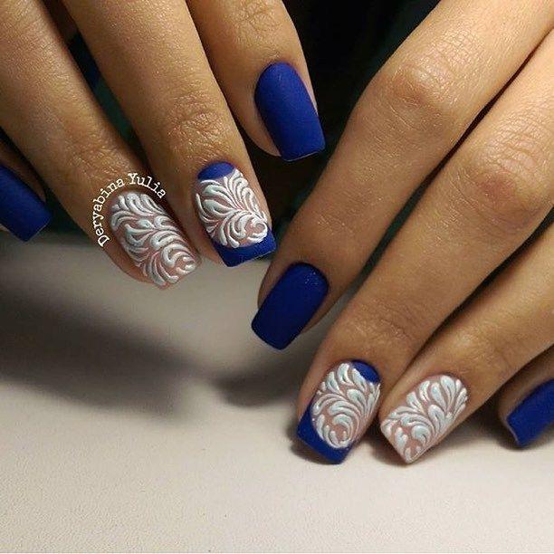 Красивый синий матовый французский маникюр и объемные белые вензеля.