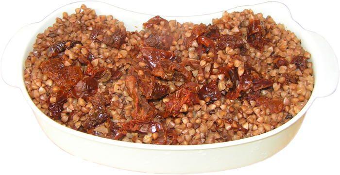 kasza gryczana prażona gotowana na parze z suszonymi pomidorami