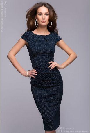 Темно-синее платье-футляр в мелкий горошек