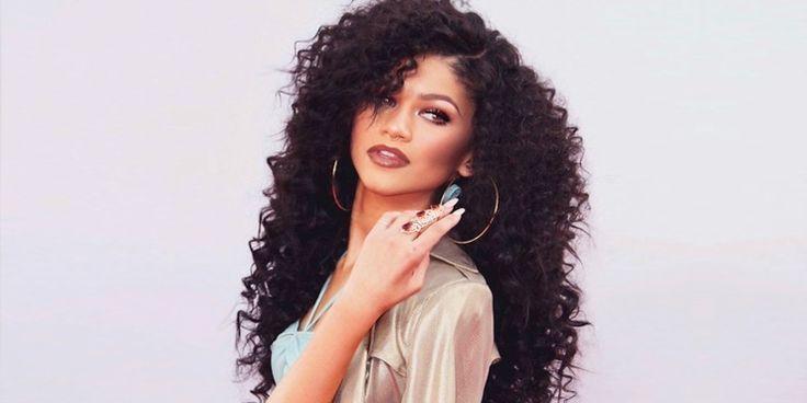 Peinados que las chicas con cabello rizado deben copiarle a Zendaya