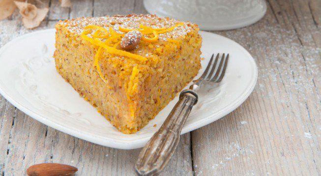 La torta di carote all'arancia è un dolce morbido e molto veloce da preparare. A base di carote, mandorle e succo di arancia, questa torta è l'ideale da offrire durante un tè con le amiche o per una colazione sana ed equilibrata. Seguiamo i consigli di Felicetta Argentino e proviamo anche noi a preparare una…
