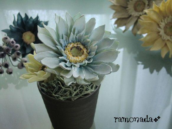 パン粘土(小麦粘土)でできたお花ですお手入れ不要でいつまでも楽しめるのが魅力です♪ ハンドメイド、手作り、手仕事品の通販・販売・購入ならCreema。