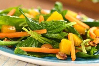 Insalata mista di spinaci e mango fresco e semi croccanti di sesamo