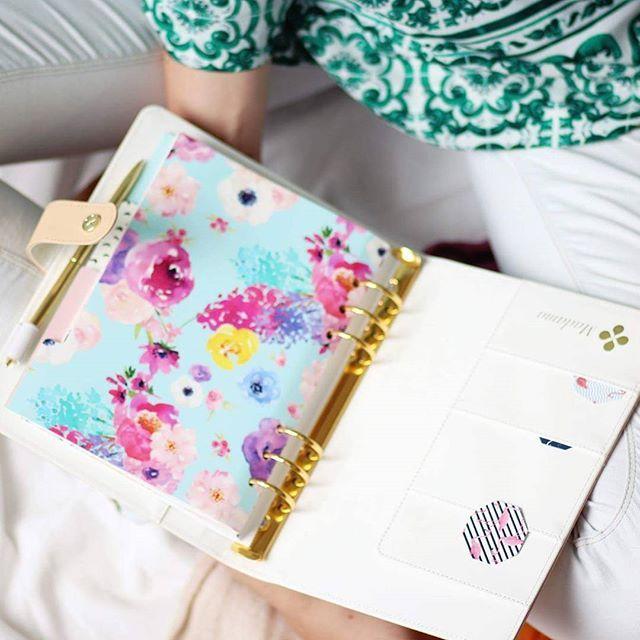 W Organizerze znajdziesz dodatkowe kieszonki na drobiazgi, gumkę na długopis, miejsce na notatki, rozwojowe wkładki i duuuużo arkuszy planowania #madama #madamaco #planowanie #organizer #organizacja #organizermadama #organizermadamy #plannermadamaco #arkuszplanowania #planer #motywacyjnewkladki #notatki #drobiazgi