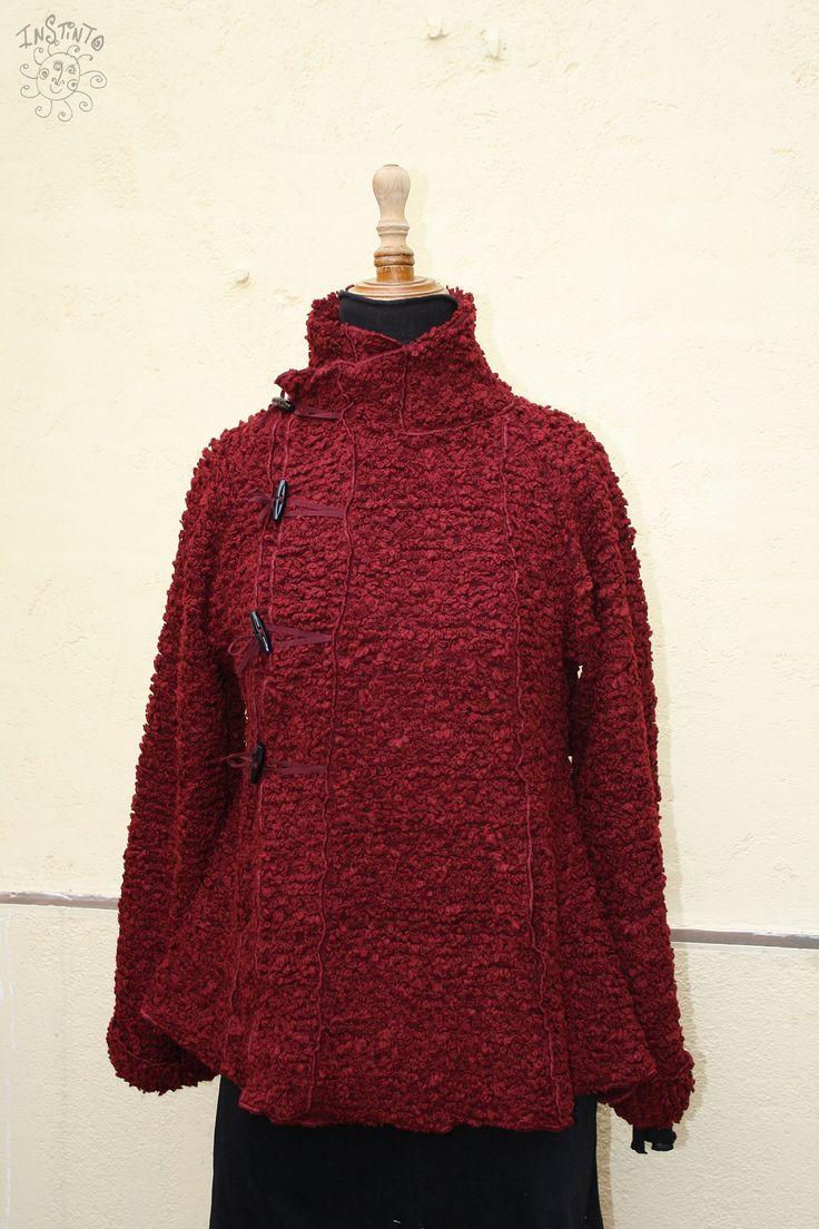 Abrigo rojo rizos #InstintoBCN #MadeInBarcelona