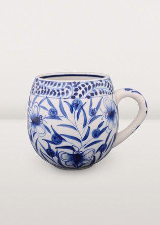 Cette splendide tasse vietnamienne de couleur bleue et blanche est ornée de motifs de fleurs et de papillons peints à la main. C'est l'objet idéal pour siroter un bon café chaud lors d'un matin d'hiver!