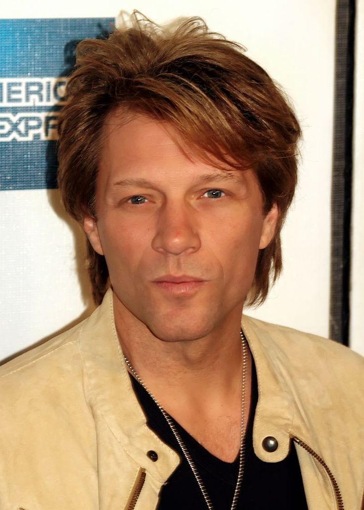 Jon Bon Jovi at the 2009 Tribeca Film Festival   Bon Jovi — американская рок-группа из Нью-Джерси, которая была образована в 1983 году. В состав коллектива входят вокалист Джон Бон Джови, клавишник Дэвид Брайан и барабанщик Тико Торрес[6]. На протяжении многих лет состав группы практически не менялся,