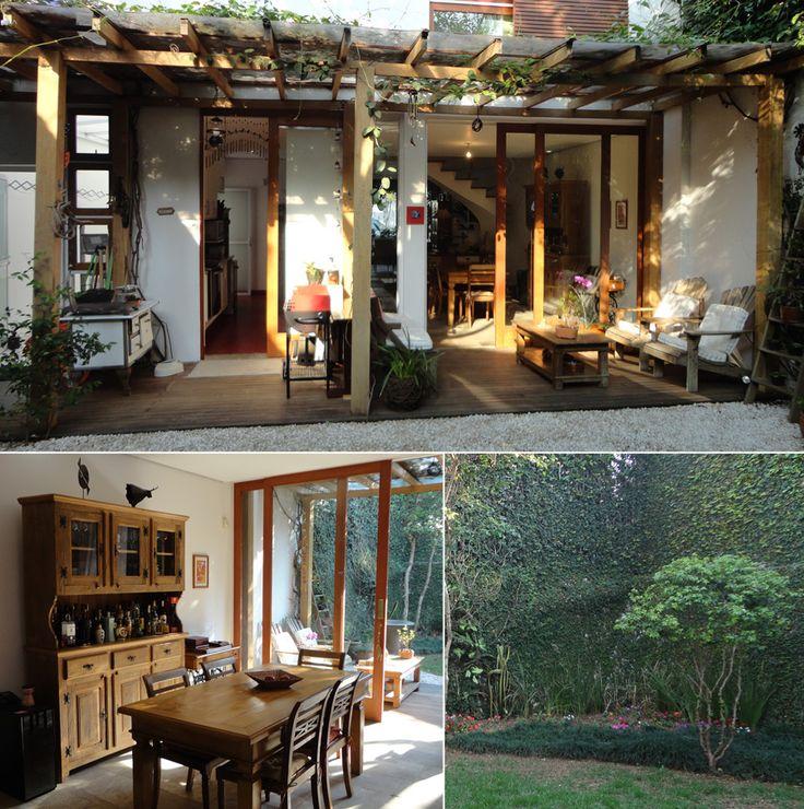 Portas madeira e vidro, pergolado de madeira saindo para o quintal