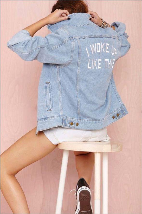 Taí um item atemporal, mas também célebre ícone dos anos anos 90: jaqueta jeans! Pode ser sua versão Planet Hollywood ou um modelo básico da Levi's, você abre no seu armário e tem pelo menos uma, senão duas…dado o vasto cenário, é peça fashion que pode ser irresistivelmente customizada! Esse post não é uma tendência …