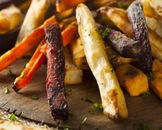 Frites légères de légumes au four : http://www.fourchette-et-bikini.fr/recettes/recettes-minceur/frites-legeres-de-legumes-au-four.html