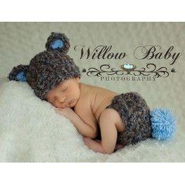 Conjunto osito niño. Cubrepañal y gorrito en combinación de tonos marrones y azues. El interior de las orejitas y el pompom del cubrepañal en tono azul. El cubrepañal tiene un cordon también de crochet para ajustar a la medida del bebé. Hilo de máxima calidad.