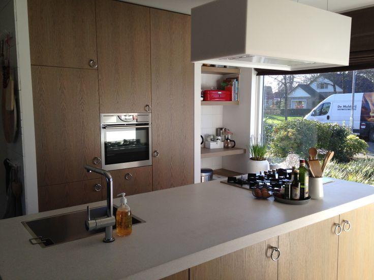 Handgemaakte keuken naar eigen ontwerp met als inspiratie de VTwonen keuken 2012. Afzuigkap ZEN van Novy, werkblad is gestort terrazzo.