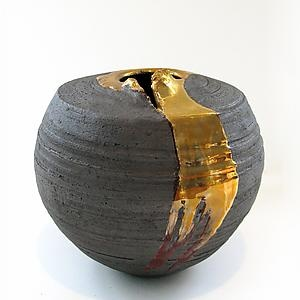 There is something about the juxtaposition of textures in this Tatiana Hunter vessel