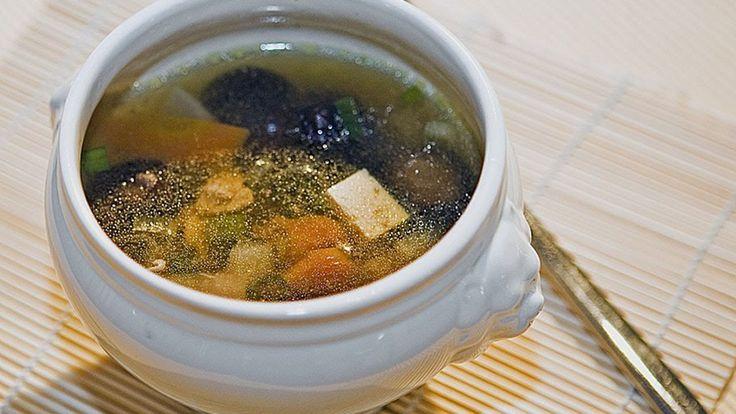 Подробный рецепт http://marycharybest.blogspot.de/2014/02/yaponsky-sup.html Японская кухня всегда предпочитала диетические блюда. Японский суп с овощами и курицей - полезный, легкий, но в то же время сытный и вкусный рецепт загадочной японии.