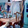 Cómo barnizar un mueble de madera paso a paso: Aplicar tapaporos y barniz para un acabado más profesional