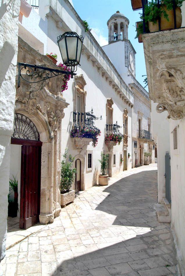 Vicoli tradizionali a Locorotondo, Puglia, considerato uno dei borghi più belli d'Italia.