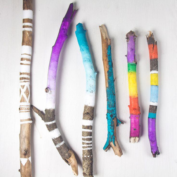 palos pintados con colores vivos