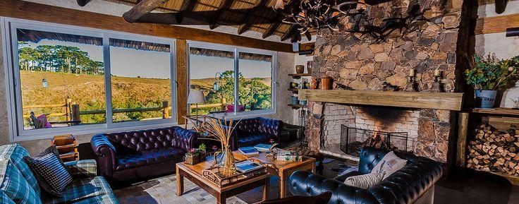 O hotel dispõe de sala com lareira, adega de vinhos incomuns, mini cinema, sala de jogos e muito charme!