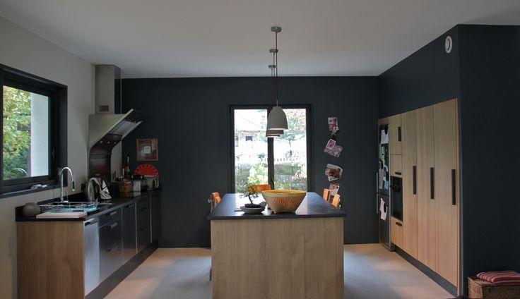 Cuisine contemporaine peinture mur gris fonc cuisine en - Plan de travail ikea pierre noire ...