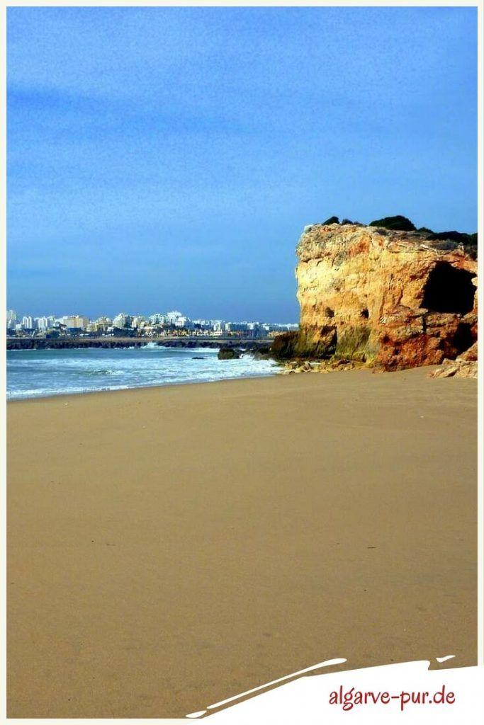 Urlaub in der Algarve, Portugal: Ich finde diesen Strand sehr spannend. Er liegt an der Ponta do Altar. Das ist eine schmale Landzunge an deren Ende ein Leuchtturm steht. Die Ponta ist oben grün bewachsen und unten vom Meer ausgehöhlt. Am anderen Ende des Strandes hat das Meer eine riesige Höhle aus dem Felsen gespült.