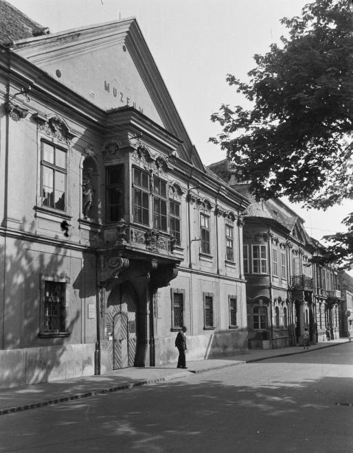 Széchenyi tér, Xantus János Múzeum (Apátúr ház).