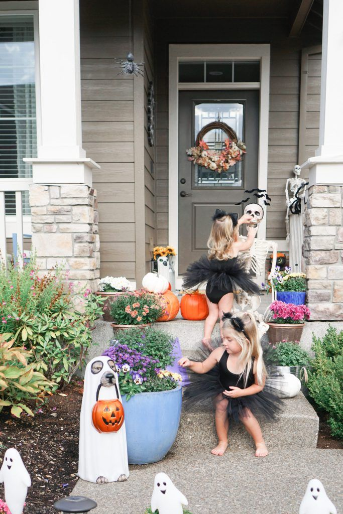 Simple And Budget Friendly Outdoor Halloween Decoration Ideas Easy Outdoor Halloween Decorations Halloween Outdoor Decorations Scary Halloween Decorations Outdoor