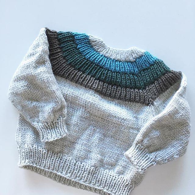 En #ankerstrøje til en liten venn  Virkelig en favorittoppskrift fra @petiteknit . . #strikk #strikking #sticka #stickning #strikkekos #strikketøy #strikktilbarn #strikktilbaby #strikkemamma #strikkedilla #guttestrikk #jentestrikk #garn #ullergull #knit #knitting #knitstagram #knittersofinstagram #babyknit #knitsforkids #merinoull #restesamstrikk2018 #restefest2018 #petiteknit