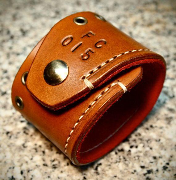 Handgefertigte Leder Manschette Armband Brown Tan rot Wildleder ausgekleidet alt Messing Hardware-handgemacht für SIE in New York von Freddie Matara!