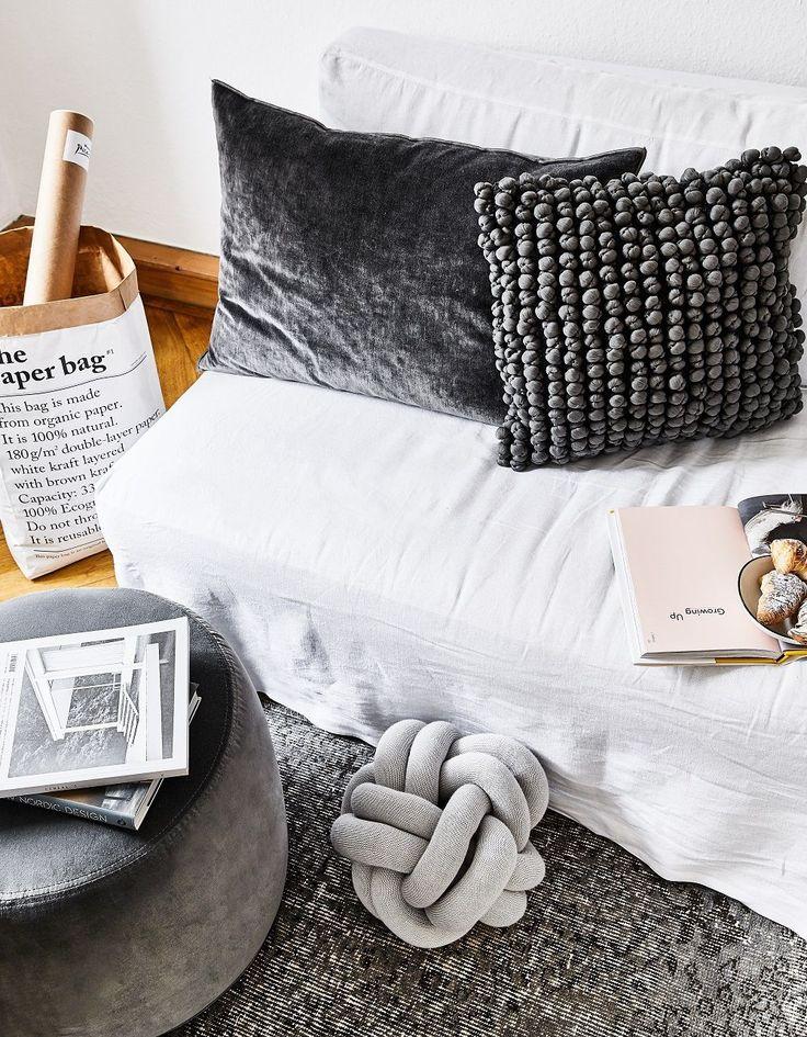 Wohnzimmer Ideen Kissen Sofa Deko Dekoration Weiss Grau Grey Paperbag Pouf Teppich  Skandinavisch ...