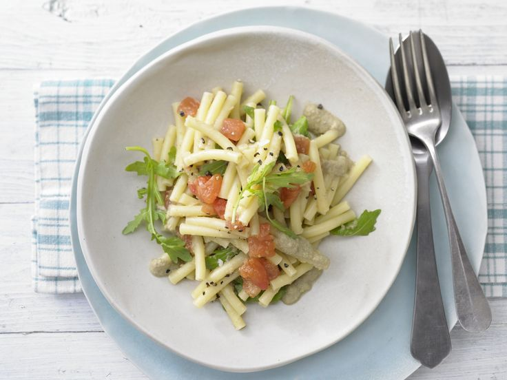 Oliven-Tomaten-Makkaroni - mit Rucola - smarter - Kalorien: 482 Kcal - Zeit: 35 Min. | eatsmarter.de
