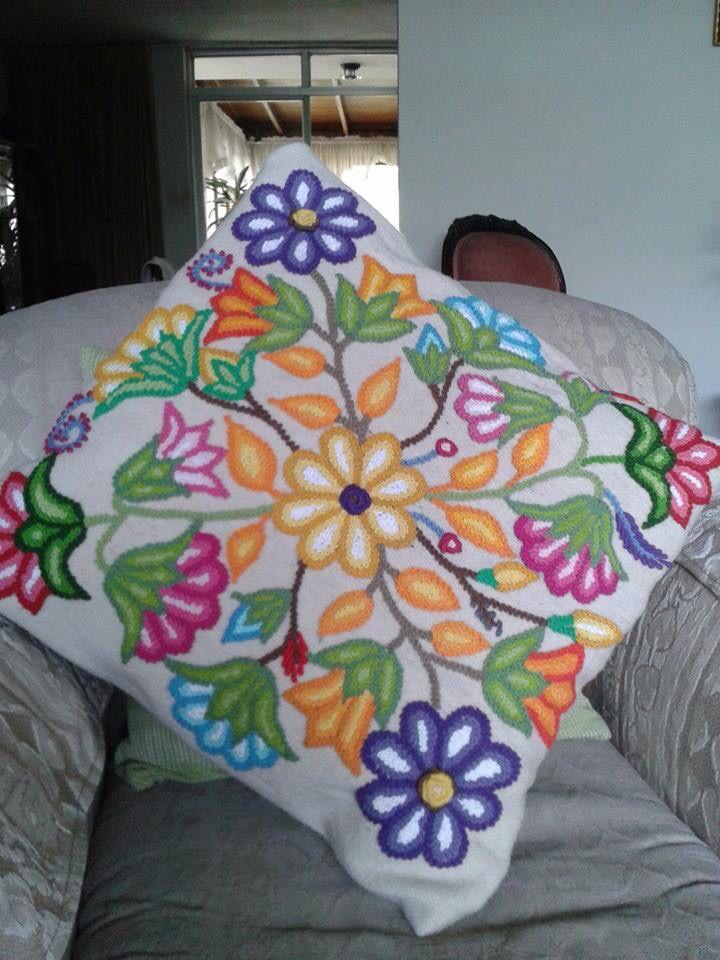 Cojín de 45cm por 45 cm de base de telar color natural y bordado con hilos de algodòn. La técnica es bordado a mano de la regiòn de Ayacucho en Perú. Realizamos ventas a pedido