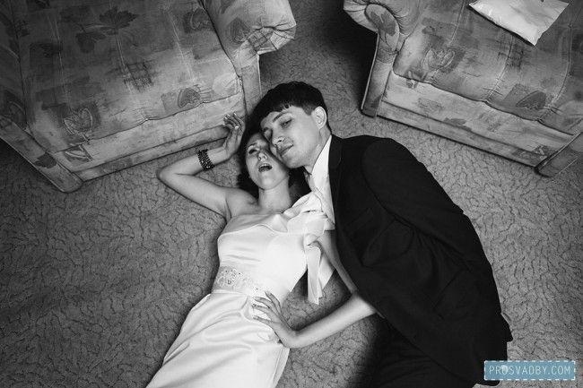 интересный формат свадьбы и снимок в загсе