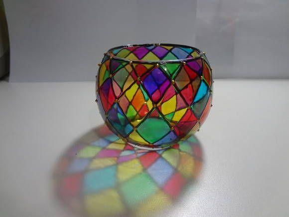 Peça em vidro com 10 cm de diâmetro e 10 cm de altura. Pintura vitral feita à mão. Acompanha mini vela R$ 22,00