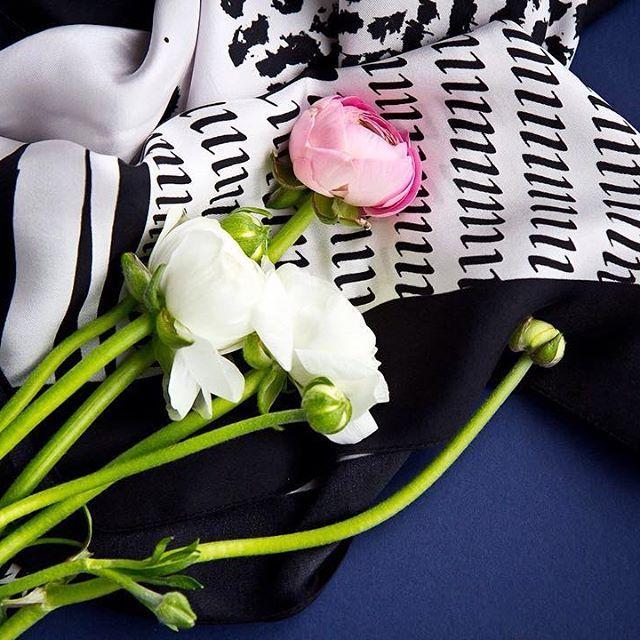 Silk-scarf-calligraphy-accessories-fashion-flowers-blue-black-white-italic-каллиграфия-италик-синий-графика