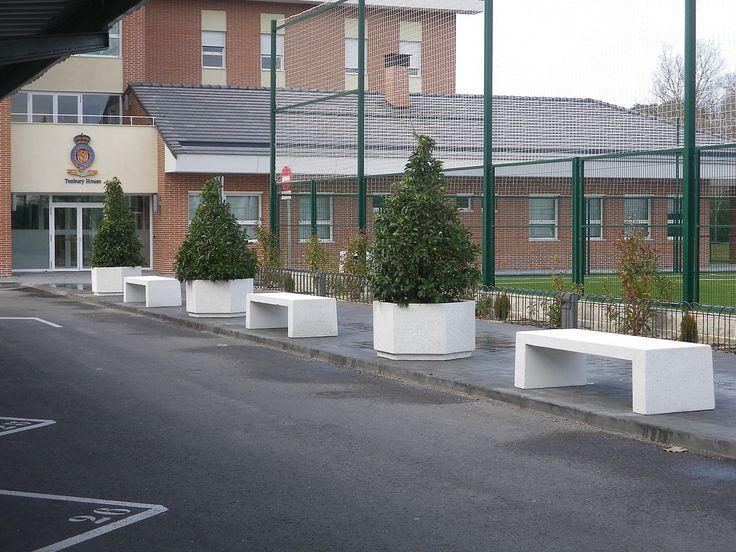 Bancos y jardineras hexagonales en un colegio para evitar coches subidos en las aceras y para adornar la entrada #bancosenhormigon #jardineras #mobiliariourbano #maceteros hexagonales #prefabricadosenhormigon