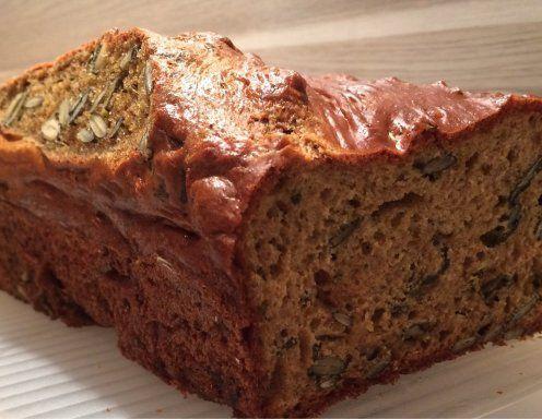 Für das Dinkel-Topfen-Brot den Backofen auf 160 Grad Umluft vorheizen. Alle Zutaten (bis auf das Kokosöl) in einer Schüssel vermengen. Kastenform