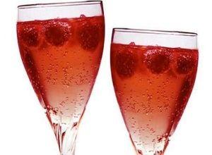 Cóctel de champaña con frambuesas, un excelente cóctel muy apropiado para el día del amor y la amistad.