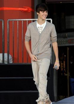 Justin Bieber da consejos capilares al príncipe Guillermo de Inglaterra http://www.europapress.es/chance/gente/noticia-justin-bieber-da-consejos-capilares-principe-guillermo-inglaterra-20120729144546.html