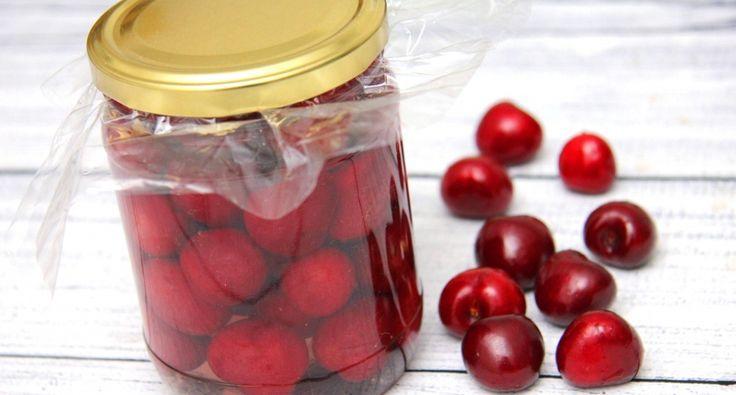 Cseresznyebefőtt recept: Klasszikus cseresznyebefőtt recept, ami biztosan be fog válni! Egyszerű, kipróbált cseresznyebefőtt vizes dunsztban, ami bármeddig eláll a kamrában! Próbáld ki Te is, tartósítószerek nélkül! ;) Ez a recept magozatlan cseresznyével készült, de természetesen magozottal is elkészítheted! Ebben az esetben több cseresznye fog beleférni az üvegbe természetesen.