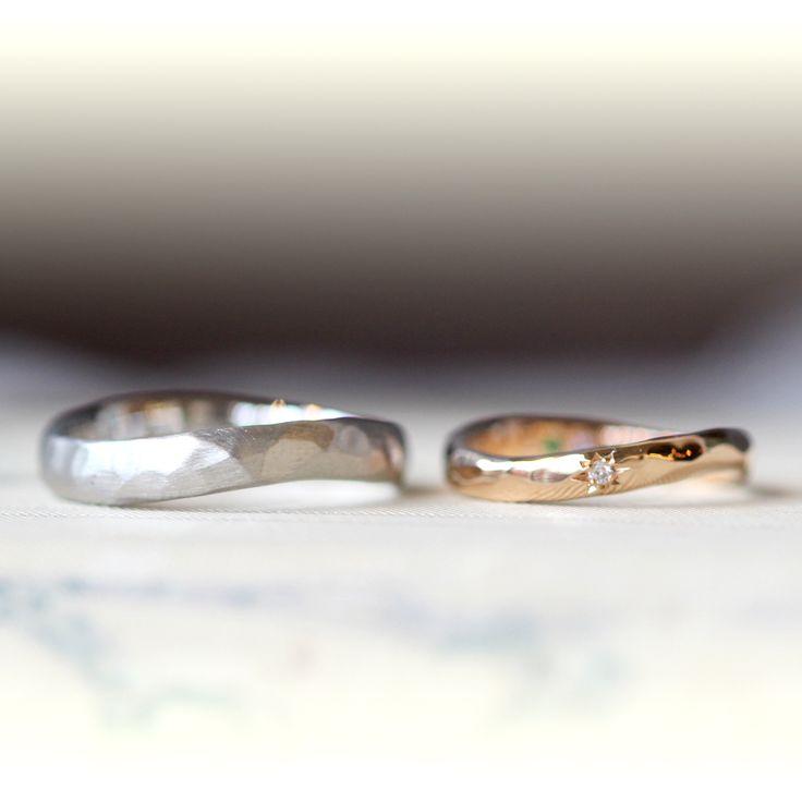 ピンクゴールドとプラチナでおつくりした ひねりのマリッジリング(オーダーメイド/手作り) 男性はプラチナ、女性はピンクゴールドでのお色違いの結婚指輪。 緩やかにカーブをつけたひねりのフォルム。 男性は、プラチナに槌目、つや消し仕上げでヘアラインをつけて制作。 女性は、ピンクゴールドに光沢の槌目、センターにダイヤモンドを星型に彫り留めしました。 wedding ring,marriage,Pt900,K18PG,pink Gold,