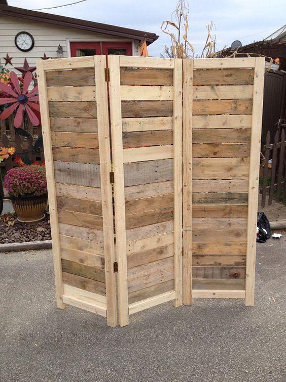 Un paravent en bois de palettes. Voici pour vous aujourd'hui une sélection de 20 idées créatives pour réaliser un paravent en bois de palettes... Laissez...