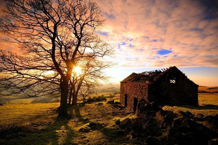 Национальный парк Пик-Дистрикт (Peak District), расположенный в самом сердце Англии. Эффектный ландшафт и красивые долины делают его одним из самых захватывающих мест в целом по стране.