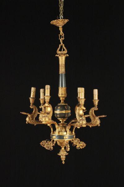 Lampadario in bronzo dorato e brunito, con disegno d'epoca impero, a sei braccia fuse a forma di cigno.