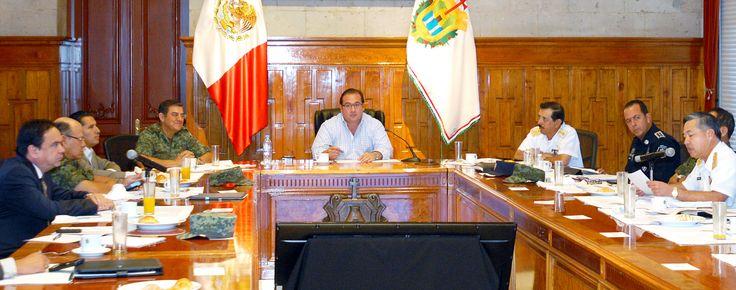 El Grupo de Coordinación Veracruz, presidido por el gobernador Javier Duarte de Ochoa, se reunió en Sala de Banderas de Palacio de Gobierno para dar seguimiento a los avances que en materia de seguridad, se han logrado a través de los programas implementados como los Operativos Blindaje Norte, Coatzacoalcos y Córdoba.