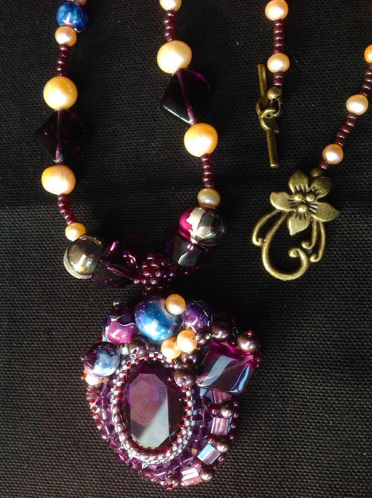 """Galerie - Site de danykcreations ! """"NUIT SAINT GEORGES"""" Cabochon cristal Swarovski. Broderie perles cristal et céramique artisanales. Collier assorti. Dos cuir"""