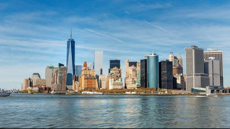 """Ein Gebäude wie ein Ausrufezeichen: Der markanteste Neubau am Ground Zero ist """"One World Trade Center"""". Der Wolkenkratzer ist das höchste Gebäude der USA und ragt aus der Skyline Manhattans deutlich heraus.Die Höhe von 1776 Fuß (541 Metern) verweist auf das Jahr der amerikanischen Unabhängigkeitserklärung. Direkt rechts daneben ist das ebenfalls neu entstandene """"7 World Trade Center"""" mit 228 Metern Höhe zu sehen."""