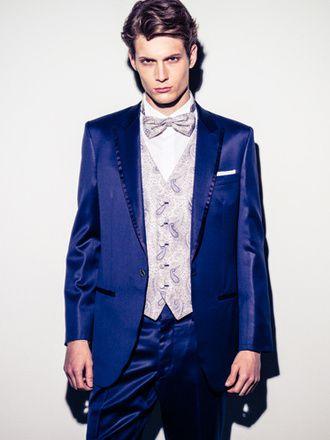 アンテリーベ(Amtteliebe) Paul サテンの光沢もリッチに、大人の余裕を見せつけるミッドナイトブルーのタキシード。ファッションへのこだわりと審美眼を持つ花婿のための一着。