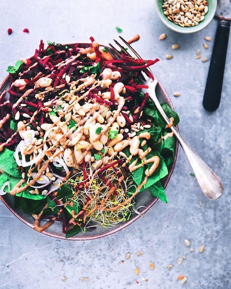 petite salade de betterave râpée, pousses d'épinards, haricots blancs, graines germées poireaux et alfalfa, graines de tournesol rôties, coriandre fraiche & sauce crémeuse noisette (salade vegan)