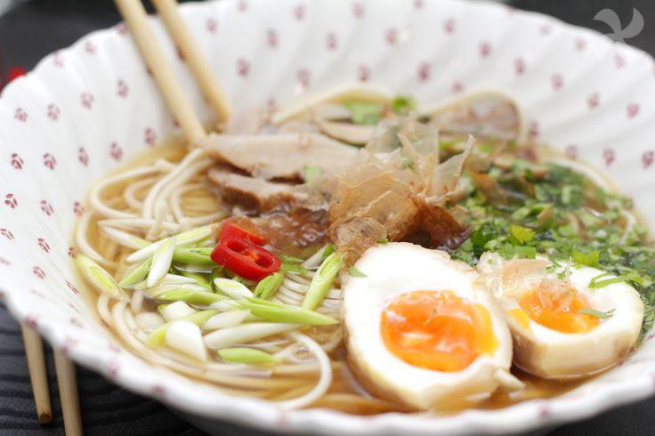 Tradicional sopa de fideos japonesa ramen, ideal como plato único. Elaborada a base de fideos, carne, verduras y huevos marinados, esta sopa es deliciosa.